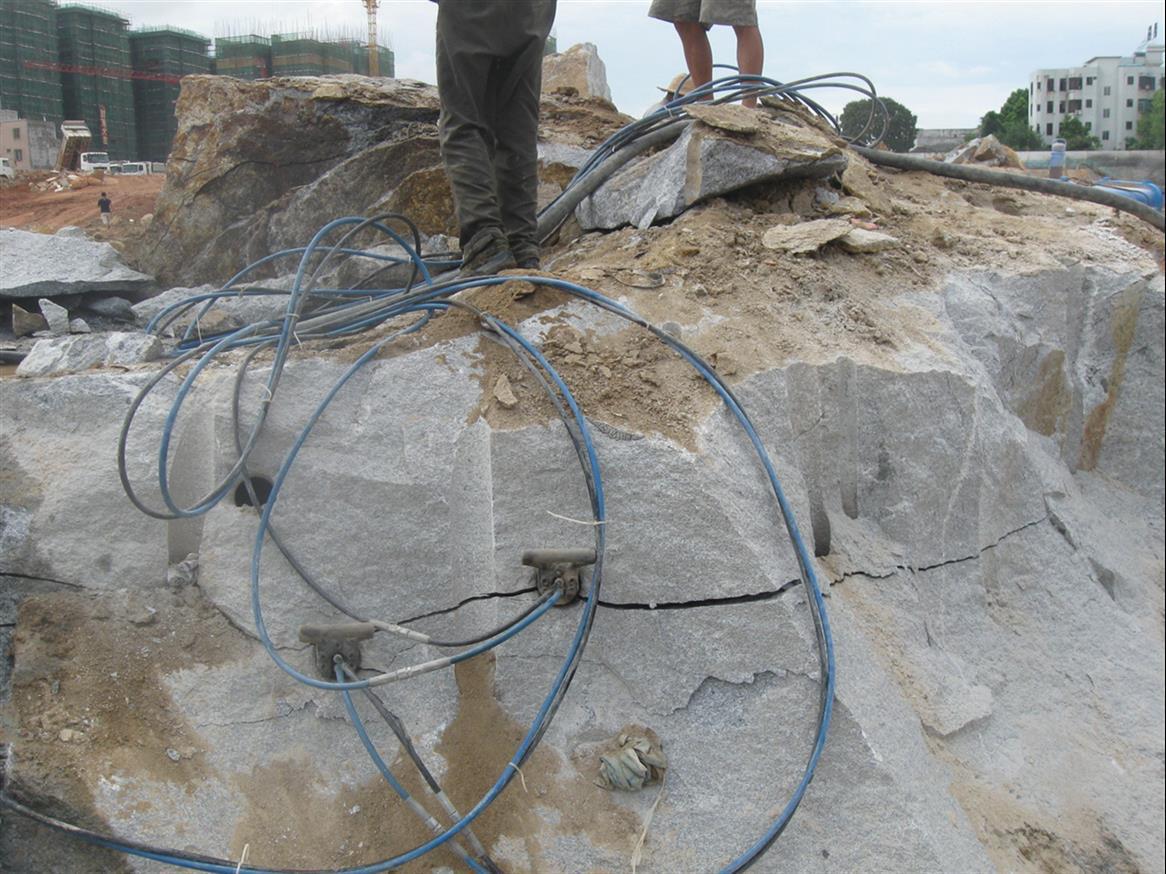 旁边是居民区静态拆除石头的方法液压劈裂机批发品牌