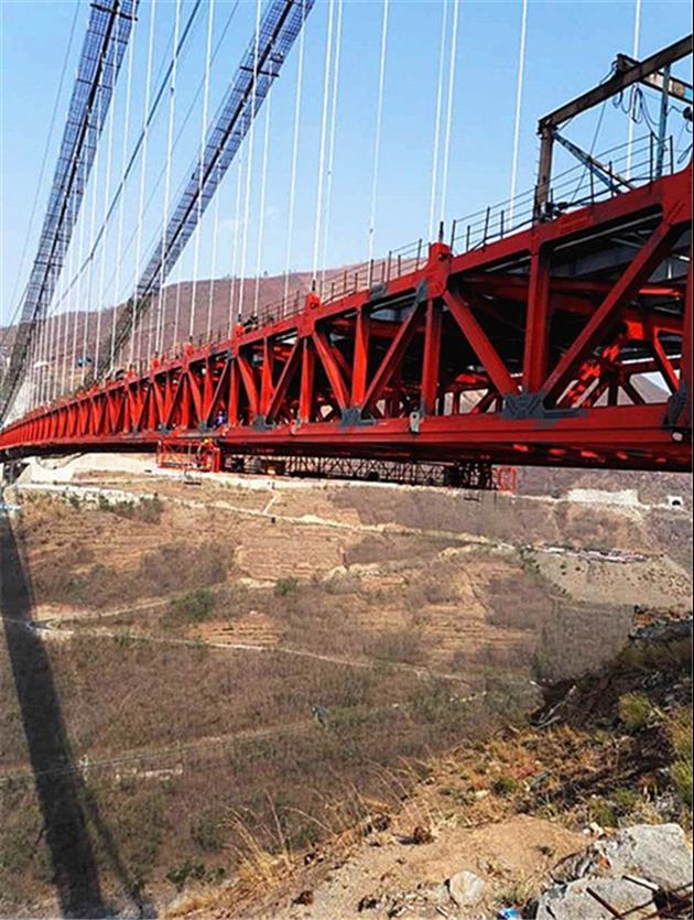 淮南附近的桥梁检修车